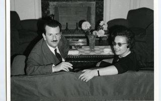 Ο συγγραφέας με τη σύζυγό του Αθηνά (το γένος Ζαφειρίου) στο σπίτι τους το 1963. Οικογενειακό Αρχείο του Αγγελου Τσιριμώκου σε προδημοσίευση από βιβλίο που ετοιμάζεται στις εκδόσεις Πατάκη.
