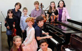 Από αριστερά επάνω, η Μαρία Τσίτου, η Καλλιόπη Γερμανού, ο Ι. Τσομπανέλλης και η Σοφία Μπρακατσούλα μαζί με τη Ν. Γιαλαμά. Στο πιάνο οι Αλκης Σούλος και Ζωή Ντουσοπούλου. Κάτω, η Μελίνα Μπρούσκα και ο Γ. Πλεξίδας.