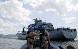 Στρατιώτες καταφθάνουν σε γερμανικό πλοίο που συμμετέχει στις επιχειρήσεις του ΝΑΤΟ στο Αιγαίο, με σκοπό τον περιορισμό των προσφυγικών ροών.