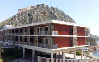 Το παλιό Ξενία, εγκαταλελειμμένο σήμερα, με το Παλαμήδι στο βάθος.