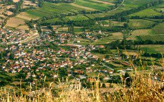 Το Σκλήθρο (το παλιό Ζέλενιτς, που σημαίνει «πράσινος τόπος») από το δρόμο που κατεβαίνει από το Νυμφαίο. (Φωτογραφία: ΤΖΟΥΛΙΑ ΚΛΗΜΗ)
