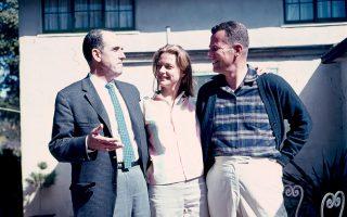 Ανδρέας Παπανδρέου  (αριστερά) με το ζεύγος Στερνς. Η φιλία με τον Μοντίγκλ Στερνς, από το 1960, λειτούργησε ως καταλύτης και επέτρεπε οι συνομιλίες τους να διεξάγονται με σπάνια «ανοικτοσύνη» και αμοιβαία εμπιστοσύνη.