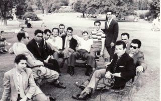 Συντροφιά νέων Ελλήνων μεταναστών με καταγωγή από τη Λέσβο τη δεκαετία του 1950. Οι εμπειρίες μιας άλλης γενιάς γίνονται ξανά επίκαιρες.