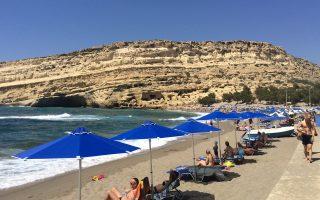 Αύξηση της τουριστικής κίνησης περιμένει φέτος η Κρήτη. Στη φωτογραφία τα Μάταλα, με τις φημισμένες σπηλιές που βρίσκονται δίπλα στην παραλία.