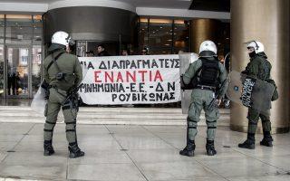 Στις 16 Μαρτίου 2016, μέλη του «Ρουβίκωνα» ανήρτησαν πανό στο Hilton όπου διέμενε το κουαρτέτο και διεξάγονταν οι διαπραγματεύσεις με την κυβέρνηση, ενώ αστυνομικοί με πολιτικά βρίσκονταν έξω από τα σπίτια άλλων μελών.
