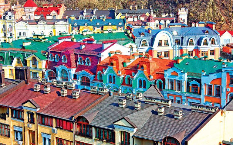 Η ανοικοδόμηση έφερε ζωντάνια σε πολλές περιοχές του Κιέβου, όπου το παλιό συνυπάρχει με το καινούργιο. (Φωτογραφία: Shutterstock)