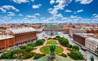 Η πλατεία του Αγίου Ισαάκ, όπου δεσπόζει το μνημείο του έφιππου Τσάρου Νικολάου Ι. (Φωτογραφία: Shutterstock)