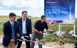 Ο Ελον Μασκ  (κέντρο) θέτει τα θεμέλια της SpaceX με τους συνεργάτες του. Τον περασμένο Δεκέμβριο κατάφερε να προσγειώσει ένα διαστημόπλοιο στο σημείο απογείωσής του πραγματοποιώντας την πρώτη «κάθετη» προσγείωση παγκοσμίως.