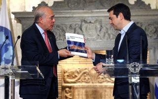 Από τα μέσα του 2014 και μετά, ο ΟΟΣΑ συνεχίζει να πραγματοποιεί διάφορες έρευνες για λογαριασμό των ελληνικών κυβερνήσεων. Ελάχιστοι όμως γνωρίζουν το περιεχόμενο αυτών των ερευνών. Στη φωτογραφία, ο γ.γ. του Οργανισμού Ανχελ Γκουρία παραδίδει στον πρωθυπουργό Αλ. Τσίπρα την έκθεση του ΟΟΣΑ για την Ελλάδα, στις 10 Μαρτίου 2016.