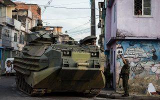 Mπορεί οι βραζιλιάνικες αρχές να έχουν επιστρατεύσει μέχρι και τεθωρακισμένα προκειμένου να αποτρέψουν κάθε παραβατική ενέργεια στις φαβέλες, όμως οι ληστείες συνεχίζουν να προκαλούν τρόμο στους επισκέπτες.
