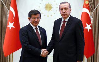 O «σουλτάνος» Ταγίπ Ερντογάν μετά το τέλος του Νταβούτογλου στέλνει –εκτός απροόπτου– τον γαμπρό του, υπουργό Ενέργειας, Μπεράτ Αλμπαϊράκ, στη σύναξη των ηγετών για τον αγωγό ΤΑΡ.