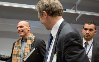Γιάνης Βαρουφάκης και Πόουλ Τόμσεν χαμογελαστοί στο Eurogroup, Φεβρουάριος 2015. Η «περήφανη διαπραγμάτευση» που ακολούθησε απομόνωσε την Ελλάδα και δεν επέτρεψε να συζητηθούν ιδέες όπως αυτή του κ. Τόμσεν για διαγραφή 54 δισ.