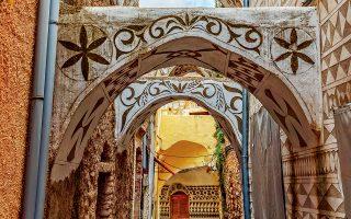 Ομορφα διακοσμητικά στοιχεία στολίζουν τους οικισμούς του νησιού, όπως το Πυργί. (Φωτογραφία: ΠΕΡΙΚΛΗΣ ΜΕΡΑΚΟΣ)