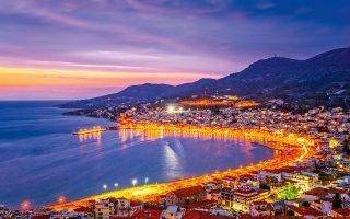 Το λιμάνι του Βαθέος ή, αλλιώς, η πόλη της Σάμου. (Φωτογραφία: ΠΕΡΙΚΛΗΣ ΜΕΡΑΚΟΣ)