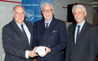 Από αριστερά: Ο Δρ Πέτρος Καλαντζής, Πρόεδρος του Εκτελεστικού Συμβουλίου του Κοινωφελούς Ιδρύματος Ιωάννη Σ. Λάτση παραλαμβάνει το  βραβείο Carl C. Compton από τον Σέργιο Χατζημιχάλογλου, μέλος του Διοικητικού Συμβουλίου του Κολλεγίου Ανατόλια και τον Δρα Πάνο Βλάχο,  Πρόεδρο του Κολλεγίου Ανατόλια