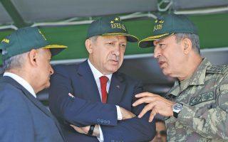 Ο πρόεδρος Ταγίπ Ερντογάν συνομιλεί με τον αρχηγό του γενικού επιτελείου στη διάρκεια στρατιωτικής άσκησης, στη Σμύρνη.