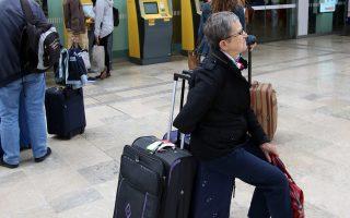 Αναμονή επ' αόριστον για τη γυναίκα της φωτογραφίας σε σιδηροδρομικό σταθμό της Μασσαλίας.