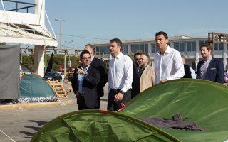 Ο πρόεδρος της Νέας Δημοκρατίας, Κυριάκος Μητσοτάκης, συνοδευόμενος από τον συντονιστή Μεταναστευτικής Πολιτικής, Βασίλη Κικίλια, επισκέφθηκε χθες τον προσφυγικό καταυλισμό στο Ελληνικό.