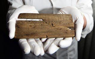 Η συντηρήτρια αρχαιοτήτων, Λουίζα Ντουάρτε, του Μουσείου του Λονδίνου, επιδεικνύει ένα από τα πλακίδια.