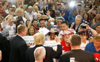 Ο υποψήφιος Ντόναλντ Τραμπ γίνεται δεκτός με ενθουσιασμό από οπαδούς του στο Σαν Χοσέ της Καλιφόρνιας.