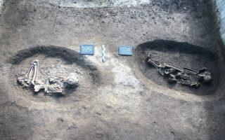 Στη φωτογραφία, βλέπουμε υλικό σε ταφές της ύστερης 6ης και 5ης χιλιετίας π.Χ. στον Κλείτο Κοζάνης.