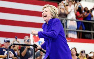 Η κ. Κλίντον σε προεκλογική συγκέντρωση, στο Λονγκ Μπιτς της Καλιφόρνιας. Μετά και τις χθεσινές αναμετρήσεις, απομένει μόνο η πρωτεύουσα Ουάσιγκτον για να ολοκληρωθούν οι προκριματικές εκλογές των Δημοκρατικών.