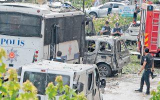Αστυνομικοί και διασώστες επιθεωρούν το σημείο βομβιστικής επίθεσης που είχε στόχο λεωφορείο της αστυνομίας στην καρδιά της Κωνσταντινούπολης. Τουλάχιστον έντεκα νεκροί και 36 τραυματίες είναι ο απολογισμός από το χτύπημα σε τουριστική περιοχή της τουρκικής πόλης. Παγιδευμένο αυτοκίνητο εξερράγη την ώρα που περνούσαν λεωφορεία της αστυνομίας, στο πλαίσιο της τέταρτης κατά σειράν επίθεσης στην Κωνσταντινούπολη από την αρχή του χρόνου.