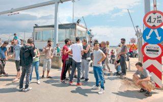 Πρόσφυγες και μετανάστες απέκλεισαν χθες τον σταθμό εμπορευματοκιβωτίων στο λιμάνι της Θεσσαλονίκης, όταν έμαθαν ότι οι διαδικασίες για την εξέταση των αιτημάτων ασύλου θα διαρκέσουν αρκετούς μήνες ακόμα.