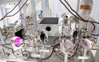Η εικονιζόμενη συσκευή LIGO είναι ικανή να εντοπίζει το ανεπαίσθητο ηχητικό σήμα που εκπέμπει η πρόσκρουση δύο μελανών οπών ένα δισεκατομμύριο έτη φωτός από τη Γη.