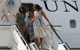 Αέρας. Θυμάστε που ο πρόεδρος Οbama ανεβαίνει στο αεροσκάφος  με το χέρι απλωμένο για να προστατεύσει  την σύζυγό του από διάφορες αποκαλύψεις λόγω του αέρα; Αυτή την φορά την πάτησε η Malia, όπου (το πράγματι μικροσκοπικό) φορεματάκι της ανέβηκε κατά την προσγείωσή του Προεδρικού αεροσκάφους στην Μαδρίτη. Η Michelle Obama και οι κόρες της βρισκόταν στο Μαρόκο για να προωθήσουν το πρόγραμμα εκπαίδευσης των κοριτσιών Let Girls Learn. REUTERS/Susana Vera