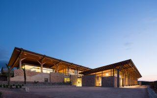 Σχεδιασμένο από το αρχιτεκτονικό γραφείο Κίζη, το μουσείο είναι φτιαγμένο από φυσικά υλικά, με θέα στα μαστιχοχώρια.