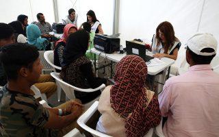 Στιγμιότυπο από τη διαδικασία προκαταγραφής προσφύγων στο Ελληνικό.