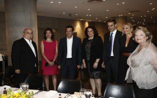 Ο πρωθυπουργός Αλέξης Τσίπρας (3Α) με τη σύζυγό του Περιστέρα Μπαζιάνα (2Α), ο αρχηγός της Νέας Δημοκρατίας Κυριάκος Μητσοτάκης (3Δ) με τη σύζυγό του Μαρέβα Γκραμπόφσκι (2Δ), η σύζυγος του Προέδρου της Δημοκρατίας, Βλασία Παυλοπούλου – Πελτσεμή (Δ) και ο πρόεδρος της Βουλής Νίκος Βούτσης (Α) συνομιλούν κατά τη διάρκεια του  δείπνου που παραθέτει ο Πρόεδρος της Δημοκρατίας Προκόπης Παυλόπουλος προς τιμήν του Γενικού Γραμματέα του Οργανισμού Ηνωμένων Εθνών Μπαν Κι-Μουν, στο Μουσείο της Ακρόπολης, Αθήνα Παρασκευή 17 Ιουνίου 2016. ΑΠΕ-ΜΠΕ/ΑΠΕ-ΜΠΕ/ΓΙΑΝΝΗΣ ΚΟΛΕΣΙΔΗΣ