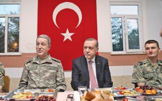 Ο Τούρκος πρόεδρος Ταγίπ Ερντογάν συντρώγει με στρατιώτες της 70ής Μηχανοκίνητης Ταξιαρχίας, στο παραδοσιακό δείπνο (iftar) που παρατίθεται στη διάρκεια του ιερού για τους μουσουλμάνους μήνα του Ραμαζανίου.