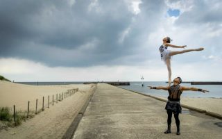 Πρόβα στο λιμάνι. Το Εθνικό Θέατρο Ακροβατών της Κίνας βρίσκεται στην Ολλανδία και κάνει μέρος από τις πρόβες του στο λιμάνι Scheveringn όπου θα φιλοξενηθούν και οι παραστάσεις. Το Εθνικό Θέατρο θα παρουσιάσει το Splendid και όπως πάντα θα επιδείξει την άψογη τεχνική των ακροβατών του.   EPA/ROBIN VAN LONKHUIJSEN