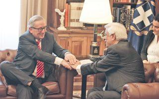 Πνεύμα συμφωνίας αμφίδρομο, υπό το ελληνικό εθνόσημο, στη συνάντηση του Προέδρου Δημοκρατίας κ. Προκόπη Παυλόπουλου και του προέδρου Ευρωπαϊκής Επιτροπής κ. Jean-Claude Juncker στο Προεδρικό Μέγαρο, χθες (φωτο Eurokinissi - Γιώργος Κονταρίνης, 21/6/16).