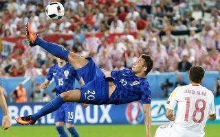 Ο Μάρκο Πιάτσα της Κροατίας σε μια εντυπωσιακή προσπάθεια από τη χθεσινή αναμέτρηση με την Ισπανία.