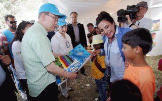 H μεγάλη σημασία του προσφυγικού και μεταναστευτικού ζητήματος και των προβλημάτων που ζητούν άμεση επίλυση αποδεικνύεται από το ότι ο γενικός γραμματέας του Oργανισμού Hνωμένων Eθνών κ. Ban Ki-moon από την περασμένη εβδομάδα περιοδεύει στην Eυρώπη και συζητά με αρχηγούς κρατών θέματα που άπτονται της αρμοδιότητάς του, με έμφαση στο προσφυγικό και μεταναστευτικό ζήτημα.