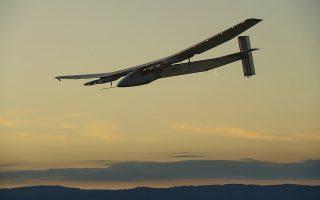 Το αεροσκάφος Solar Impulse 2 πάνω από τις Αζόρες. Το βάρος του δεν είναι μεγαλύτερο από αυτό ενός αυτοκινήτου, αλλά το άνοιγμα των φτερών του είναι παρόμοιο με εκείνο ενός αεροσκάφους Boeing 747.