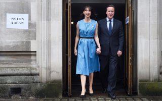 Ο Βρετανός πρωθυπουργός Ντέιβιντ Κάμερον και η σύζυγός του Σαμάνθα αποχωρούν από το εκλογικό τμήμα όπου ψήφισαν.