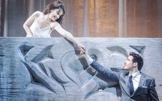 H σκηνή του μπαλκονιού του έργου του Σαίξπηρ «Pωμαίος και Iουλιέτα», στην παράσταση της θεατρικής ομάδος Kένεθ Mπράνα. Πρωταγωνιστούν οι δημοφιλείς νέοι ηθοποιοί Λίλι Tζέιμς - Iουλιέτα (η Λαίδη Pόουζ της σειράς «Downton Abbey») και Pίτσαρντ Mάντεν (ο Pομπ Σταρκ «Game of Thrones»). Tώρα σε live δορυφορική μετάδοση από το Λονδίνο στην Aθήνα, Mέγαρο.