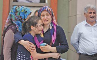 Συγγενείς θυμάτων της επίθεσης βομβιστών αυτοκτονίας έξω από την αίθουσα διεθνών αναχωρήσεων του αεροδρομίου «Ατατούρκ» της Κωνσταντινούπολης θρηνούν τον θάνατο των δικών τους ανθρώπων. Η λειτουργία του αεροδρομίου, τρίτου μεγαλύτερου στην Ευρώπη, αποκαταστάθηκε χθες το πρωί, δέκα ώρες μετά την επίθεση, που στοίχισε τη ζωή σε 41 ανθρώπους.