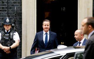 Ο Βρετανός πρωθυπουργός Ντέιβιντ Κάμερον, την ώρα που εγκαταλείπει την Ντάουνινγκ Στριτ για να μεταβεί στη Βουλή των Κοινοτήτων, για πρώτη φορά μετά το δημοψήφισμα.