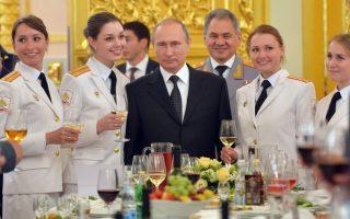 Μπορεί η αντιπαράθεσή του με την Άγκυρα για την κατάρριψη, τον περασμένο Νοέμβριο, του Σουκόι στη Συρία να βρίσκεται σε πλήρη εξέλιξη, ωστόσο αυτό δεν εμπόδισε τον Πρόεδρο Βλαντιμίρ Πούτιν να φωτογραφηθεί δίπλα στις άριστες, από κάθε άποψη, αποφοίτους των πολεμικών σχολών της Ρωσίας.  AFP / SPUTNIK / ALEXEI DRUZHININ