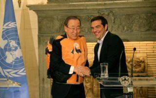 Σε μια συμβολική κίνηση, ο πρωθυπουργός χάρισε στον γ.γ του ΟΗΕ ένα σωσίβιο.