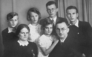Η τελευταία φωτογραφία της οικογένειας πριν από την αναχώρηση των τριών γιων για το οικοτροφείο στο Φράιμπουργκ. Στην άκρη αριστερά, ο συγγραφέας.