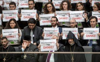 Αρμένιοι ευχαριστούν δημόσια για την υιοθέτηση του ψηφίσματος κατά τη διαδικασία ενώπιον της Μπούντεσταγκ, ενώ η καγκελάριος Αγκελα Μέρκελ απουσίαζε.