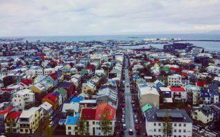Ρέικιαβικ, θέα από ψηλά, από την εκκλησία με το δύσκολο όνομα Hallgrimskirkja, τη μεγαλύτερη της ισλανδικής πρωτεύουσας.