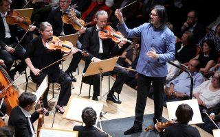 Ο Λεωνίδας Καβάκος διευθύνει τη Φιλαρμονική Ορχήστρα της Γαλλικής Ραδιοφωνίας (φωτ.: Ακριβιάδης)