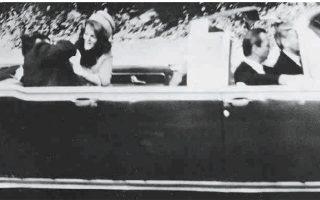 Η στιγμή που ο πρόεδρος των Ηνωμένων Πολιτειών Τζον Κένεντι πέφτει χτυπημένος από τις δολοφονικές σφαίρες.